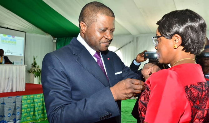 The medal of order of valour awarded to the DG of the CCAA by the MINT during the inauguration of the Solar Park of Douala International Airport on January 10, 2019.