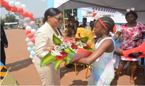 Madame le DG en communion avec les enfants du personnel à l'occasion de la fête de Noël